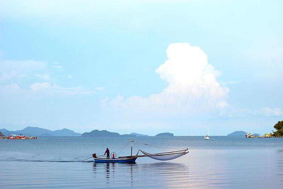 Pêcheur dans la baie de Bang Bao sur l'île de Koh Chang en Thaïlande.