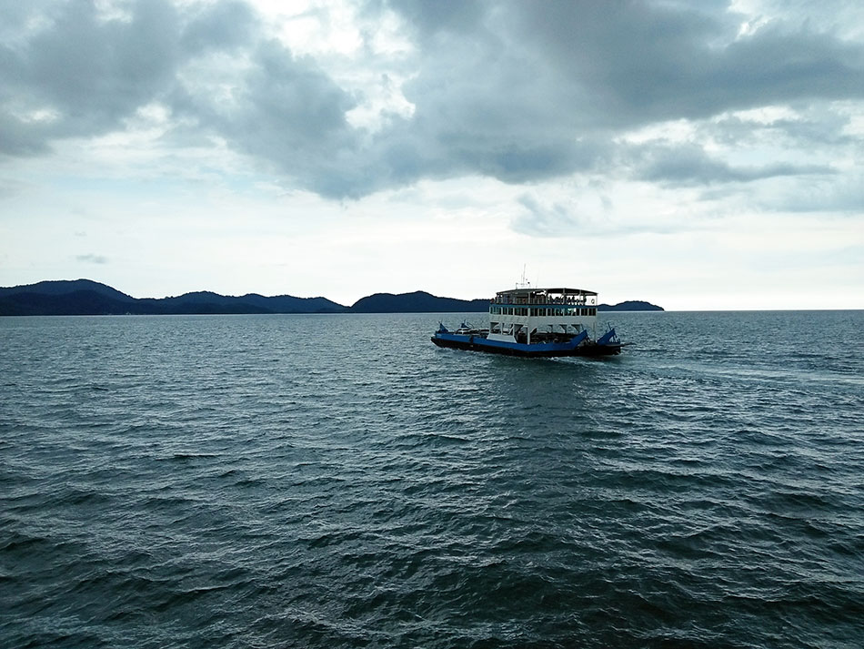 Ferry reliant l'île de Koh Chang au port de Laem Ngop dans la province de Trat en Thaïlande.