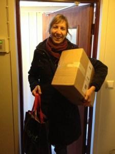 Inger har just varit på macken och hämtat ut paket som skickats till Hjälpstickan.