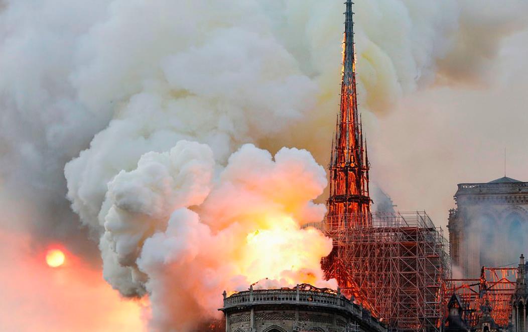 巴黎圣母院大火燒通頂 標志性塔尖倒塌-香港商報