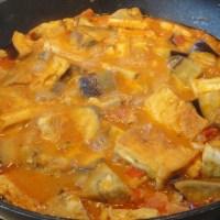 Curry mit Kochbanane, Aubergine, Tofu und Schweinebauch