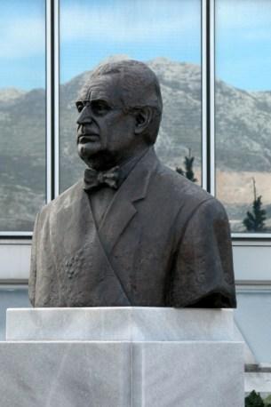 DIJANA Poprsje dr. Franje Tuđmana na ulazu u zgradu poglavarstva grada Solina
