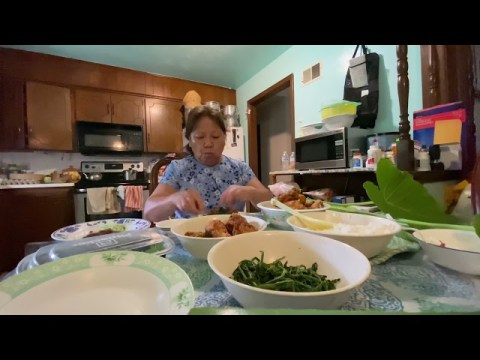 Hmoob me nas noj su -Hmong lunch time.