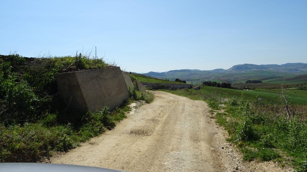 Jednou na výletě do Segesty        zmizel nám asfalt z cesty!