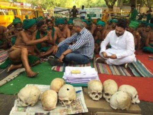 Image of India Today Television host Rajdeep Sardesai with P. Ayyakannu and farmers protesting in Delhi