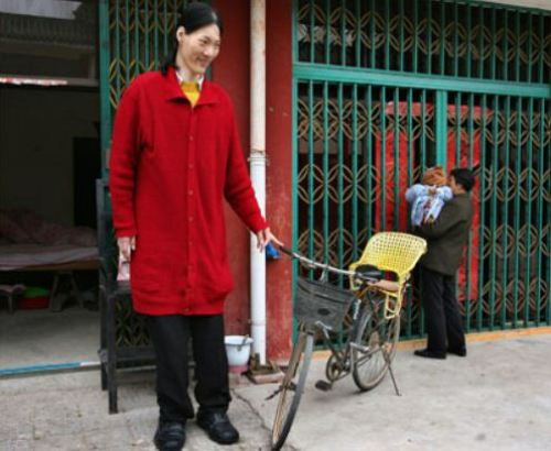 Image of Yao Defen, who was Tallest Woman Living