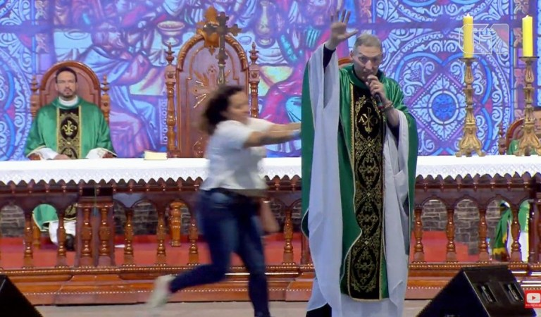 Woman Knocks Off Priest from Stage on Feminist Comment: Fact Check
