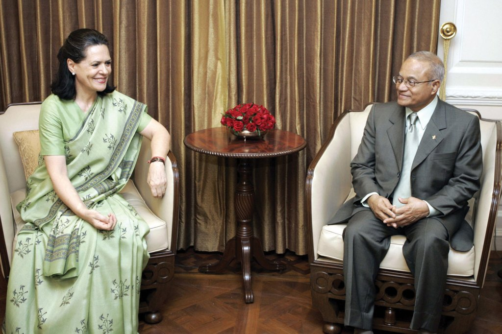 Image of Sonia Gandhi and Maumoon Abdul Gayoom talking during a meeting in 2005