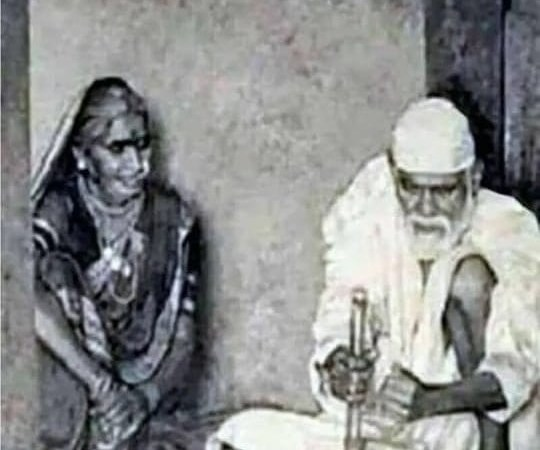 Original Photo of Sai Baba Grinding Wheat: Fact Check