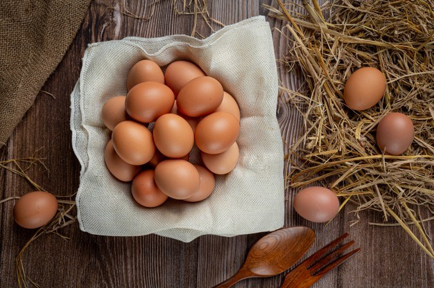 Eggs with dry grass.