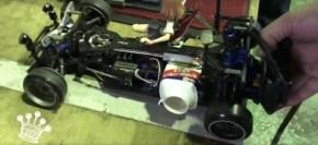 Riprodurre il suono di un motore a scoppio in un automodello elettrico con un barattolino di yogurt.