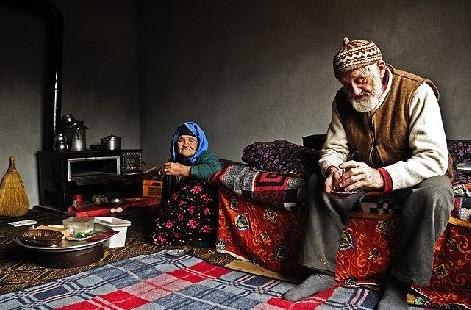 Türkiye'de aşk başkadır, insanlar aile ve toplum baskısı altında fırsat bulabikleri ölçüde aşk hayatı yaşayabilir. bir çok aşk bu yüzden daha filizlenmeden tarih çöplüğüne gidiverir türkiyede.Dede ve nine olup bu aşkı hala yaşayabilenler şanslı insanlardır.