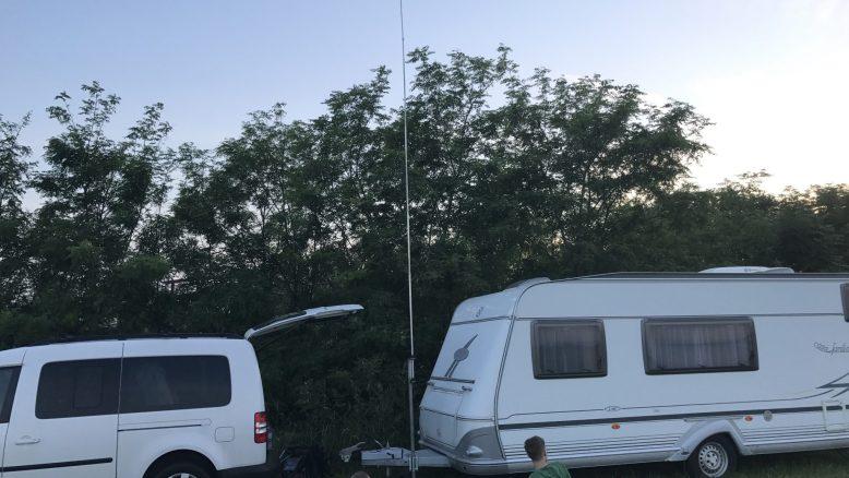 CB Camping: Halbwellenstrahler auf Wohnwagendeichsel