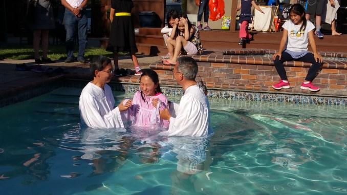 仁爱公主alicia Li受洗中,她爸爸远在深圳通过微信直播观看