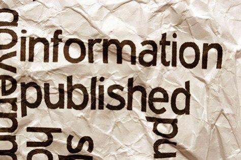 """Zerknitterter Zettel mit Schriftzug """"information published"""""""