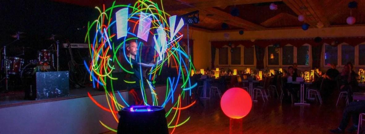 Die Lichtshow beeindruckt mit Formen, Farben und Licht