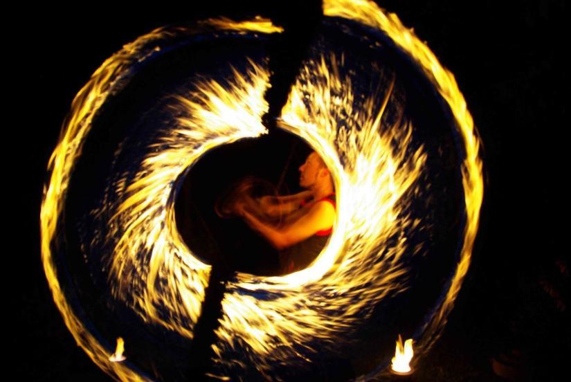 Brennende Seile werden bei der Feuershow in speziellen Mustern geschwungen