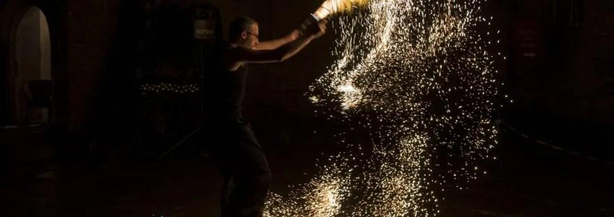 Feuershows mit Funkeneffekt bei der Winterszeit in Eyrichshof