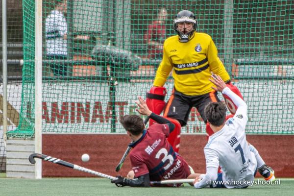 (L-R) Max Kapaun (Klein Zwitserland #3) en Jair van der Horst (Tilburg #7) voor het doel van Koene Schaper (Keeper Klein Zwitserland #1)