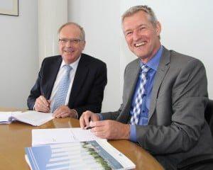 Wethouder Van Etten namens gemeente Binnenmaas en de heer Pluimer namens HW Wonen.