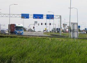 Bij de op- en afrit van de A29 is vooralsnog het enige punt in de regio waar        hogere waarden van fijnstof worden gemeten in de regio. (Foto: Arie Pieters©)