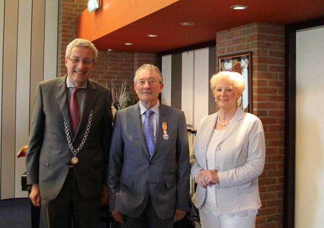 20160426-Lintjesregen-2016-burgemeester-en-de-heer-Varin