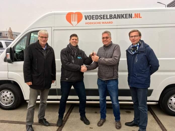 Onder toeziend oog van Harry van Waveren en Arie Mol overhandigde Richard Both van Bedrijfswagencentrum Hoeksche Waard de sleutels van de nieuwe koelwagen aan Gert-Jan Onnink, voorzitter van stichting Voedselbank Hoeksche Waard.
