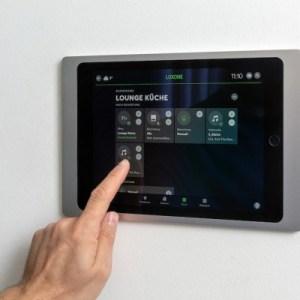 • 1x iPad Wallmount (silber oder anthrazit)
