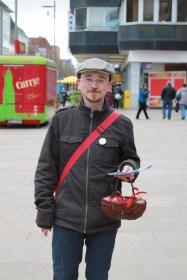 Volle Montur mit Button, Tasche, Flyer und roten Eiern