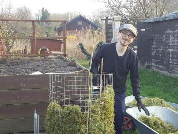 Timo baut einen Kartoffelturm