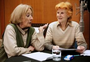 Rosemarie Fendel (links) spricht die Rolle der greisen Frieda, Irm Hermann spricht die Rolle der Tochter in