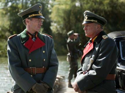 "Szenenfoto aus dem Fernsehfilm ""Rommel"": Rommel (Ulrich Tukur, re.), General Speidel (Benjamin Sadler, li.); Bild: SWR/Christine Tamalet"
