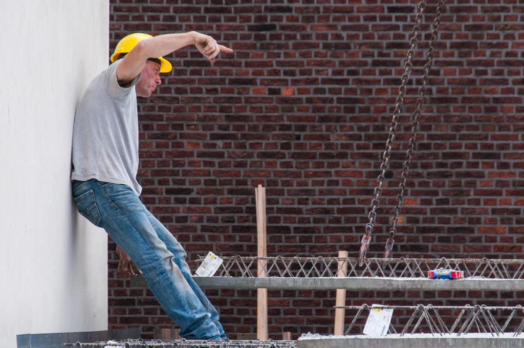 bouwfoto - Bouwvakker met betonplaat