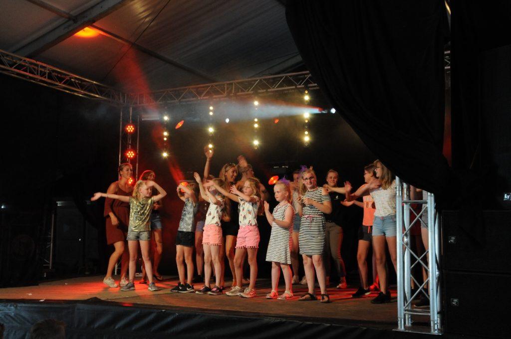 Basisschoolkinderen op het podium tijdens Wiene-Zeldam got talent