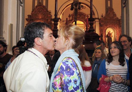 Antonio Banderas ejerció un año más de mayordomo en el recorrido de la imagen de la Virgen de Lágrimas y Favores y no dudó en besar ante el trono a su esposa, Melanie Griffith