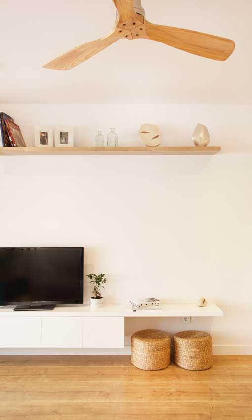 Mueble de televisión blanco con cajones y cestas de mimbre