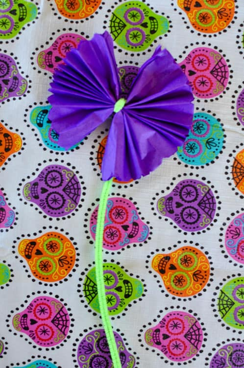 Step-by-step instructions for making paper flowers for Day of the Dead. How to make paper flowers easy, how to make tissue paper flowers, Mexican paper flowers. #tissuepaperflowers #paperflowers #Mexicanpaperflowers #dayofthedead