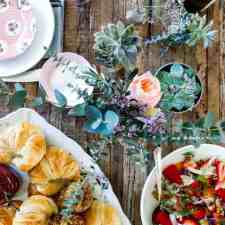 A SoCal Winter Brunch from the Friends Who Fete gals. We give you the everything you need to pull off this gorgeous brunch from Tequila-Brown Sugar Bacon to Blood Orange Ginger Sangria, plus flowers, decor, and more! #winterbrunch #brunch #brunchrecipes