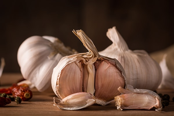 Holar - Blog - Top 10 Essential Herbs, Spices, and Seasonings for Your Kitchen Pantry - Garlic