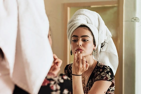 Holar - Blog - 10 Magic Uses of Olive Oil for Your Skin - Use as a lip balm