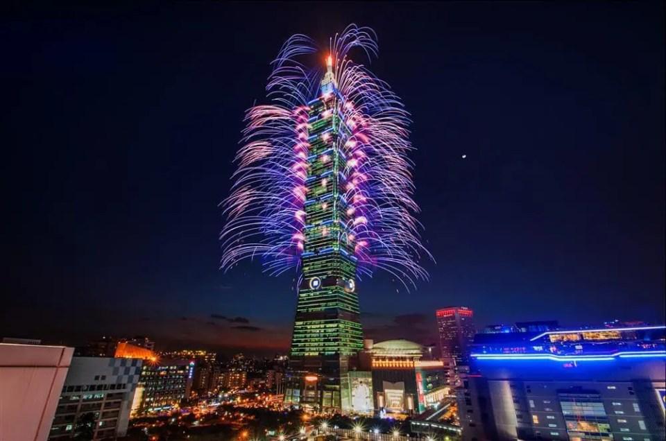 Celebrando 2015 con los fuegos artificiales de Taipei 101