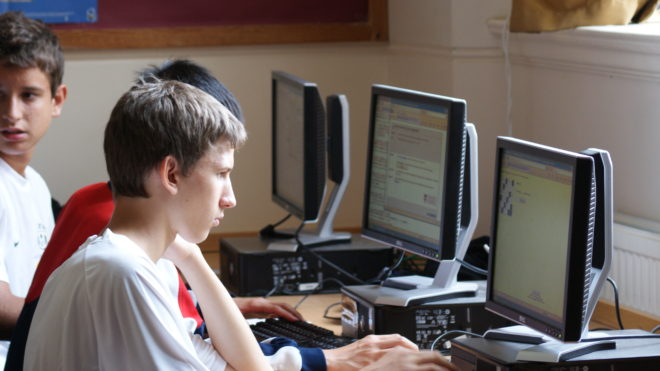 Studenti lavorano al computer