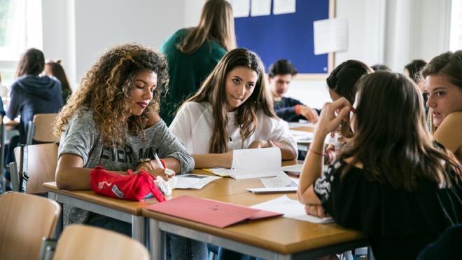 Studenti che lavorano in gruppo durante lezione
