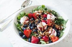 Ruccola-Salat mit Erdbeeren, Ziegenkäse & Pinienkerne