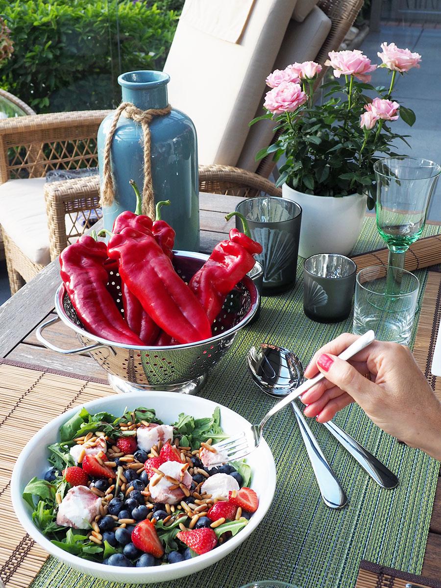 Sommersalat mit Ruccola, Erdbeeren, Heidelbeeren & Ziegenkäse