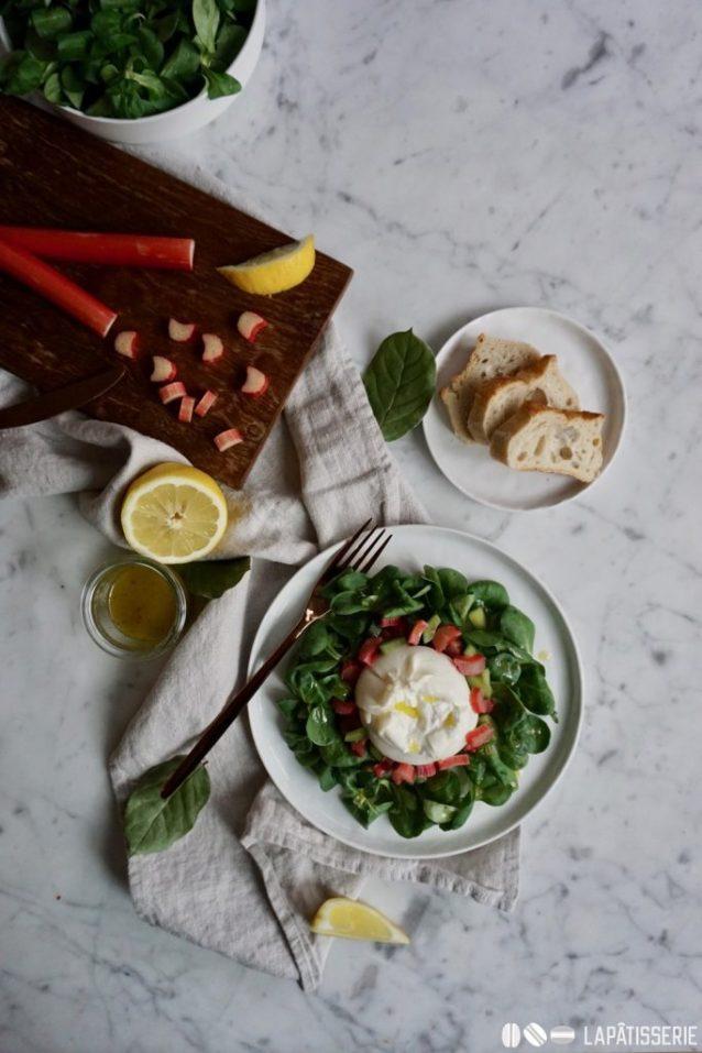 Burrata mit Rhabarber auf Feldsalat