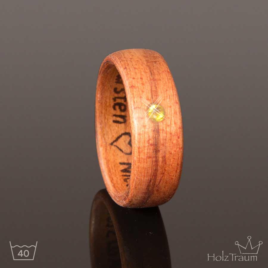 Holzring aus Heideholz mit Gravur und Stein