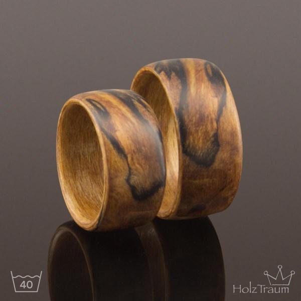 breite Holzringe aus Buchenholz