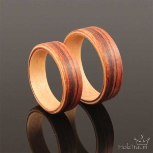 zwei zweifarbige Verlobungsringe aus Holz Rosenholz