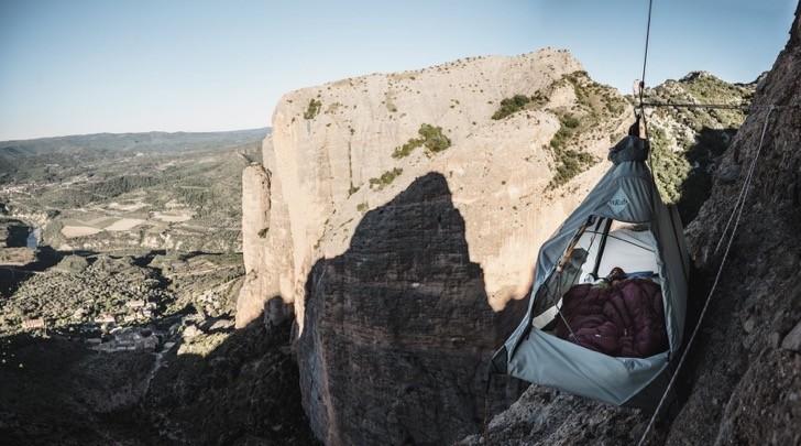 Abre el primer hotel donde duermes… en un precipicio